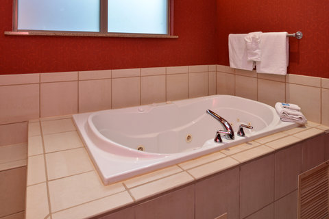 Holiday Inn Express Hotel & Suites Centerville - Guest Bathroom
