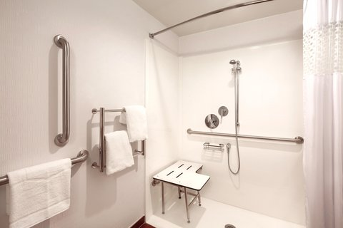 Hampton Inn Des Moines-Airport - Accessible Roll-in Shower