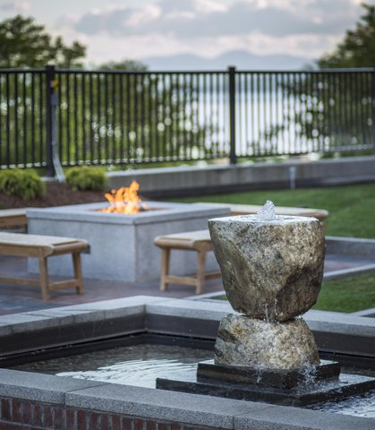 Courtyard By Marriott Burlington Harbor Hotel - Water Fountain   Fire Pit