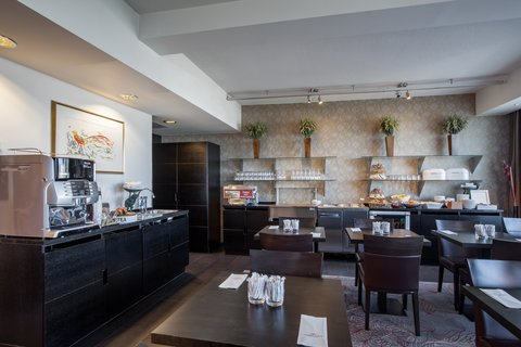 Crowne Plaza HELSINKI - Club Lounge serves continental breakfast for Club floor s guests