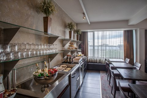 Crowne Plaza HELSINKI - Club Lounge s guests enjoy evening snacks  beer and wine 6pm-8pm