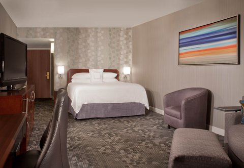 Courtyard Bloomington - King Guest Room