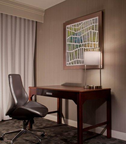 Courtyard Bloomington - Guest Room - Work Desk
