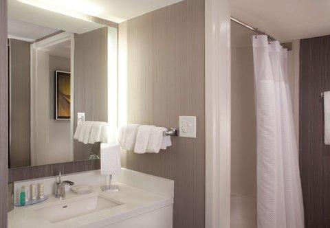 Courtyard Bloomington - Guest Bathroom