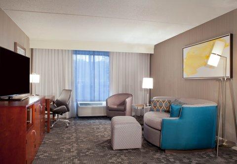 Courtyard Bloomington - King Suite - Living Area