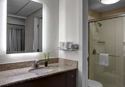Residence Inn Cleveland Downtown - Suite Bathroom