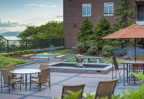 Courtyard By Marriott Burlington Harbor Hotel - Courtyard Terrace