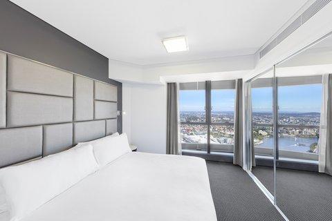 Meriton Serviced Apartments Herschel Street - Altitude Suite With Bedroom Main Bedroom