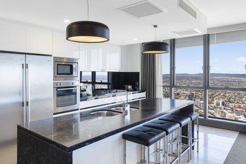 Meriton Serviced Apartments Herschel Street - Infinity Suite with 3 Bedrooms Kitchen