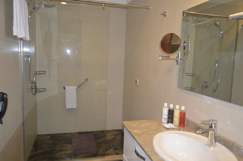 Staybridge Suites BAKU - Large bathrooms are perfect for relaxing after the difficult day