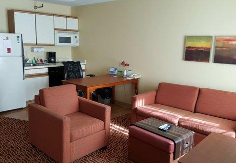 TownePlace Suites Sioux Falls - Queen Queen Studio Suite - Living Area