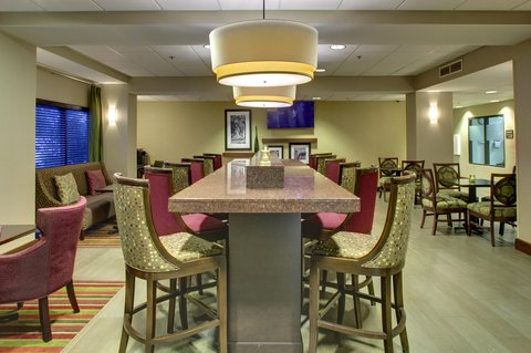 Hampton Inn Greenville-Woodruff Road - Lobby Table