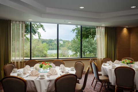 Holiday Inn AUSTIN-TOWN LAKE - Group dining with a view of Lady Bire Lake