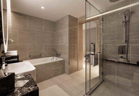 Renaissance Kuala Lumpur Hotel - Deluxe Bathroom