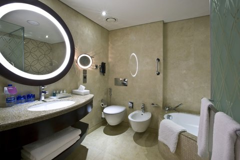 فندق كراون بلازا ديرة دبي - Guest Bathroom