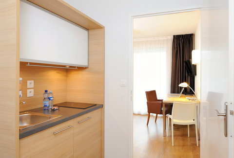 Residhome Gergovia Clermont - Kitchen and office