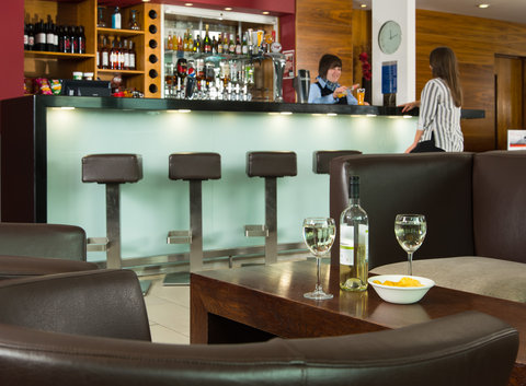 Holiday Inn Express HAMILTON - Treat yourself to a refreshment from our lounge bar  Go on