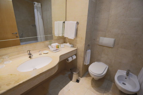 هوليداي إن ديونز - Guest Bathroom