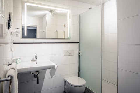 Holiday Inn EINDHOVEN - Guest bathroom with shower