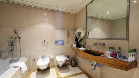 Crowne Plaza Beirut Hotel - Guest Bathroom
