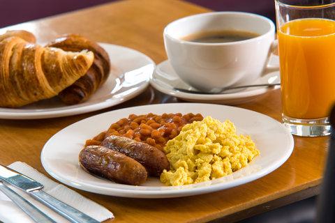 Holiday Inn Express CAMBRIDGE - Help yourself at our Express Start buffet breakfast