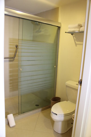 Crowne Plaza TUXPAN - Two queen Executive s bathroom