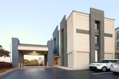 Holiday Inn Express & Suites NASHVILLE-I-40&I-24(SPENCE LN) - Hotel Exterior