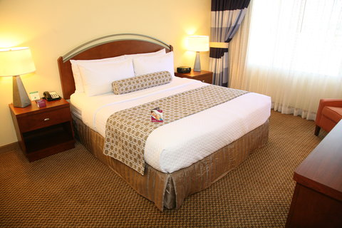 Crowne Plaza Suites ARLINGTON - BALLPARK - STADIUM - King Bed Room