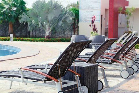 Crowne Plaza TUXPAN - Sunbed pool area