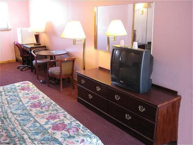 Red Carpet Inn Suites - Meriden, CT