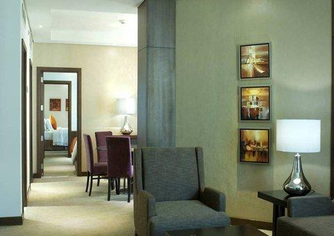 فندق كراون بلازا المدينة - Royal Suite Salon Dining and Connecting Room View