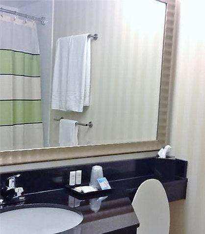 Fairfield Inn & Suites Cincinnati North/Sharonville - Suite Bathroom