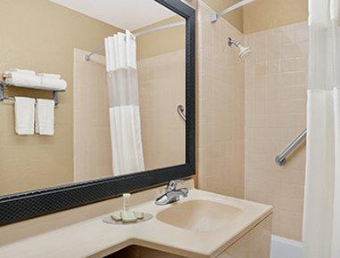 Super 8 Belleville St. Louis Area - Bathroom