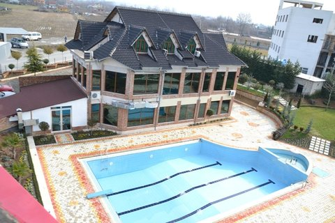 Vila Aeroport - Exterior and outdoor pool