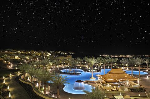 أنتارا قصر السراب منتجع الصحراء - Free Form Pool By Night