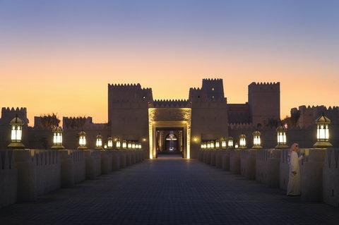 أنتارا قصر السراب منتجع الصحراء - Flamelit Resort Bridge Entrance