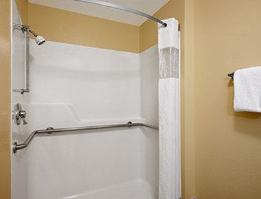 Travelodge Wenatchee - ADA Bathroom