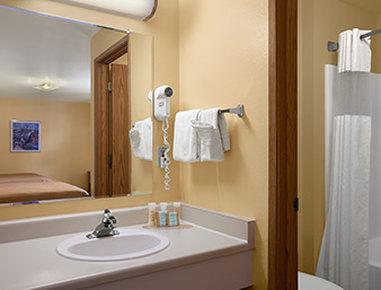 Travelodge Wenatchee - Bathroom