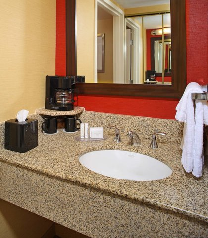 Courtyard By Marriott Downtown Baltimore Hotel - Suite Bathroom