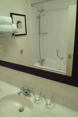 Brook Madison Hotel - Guest Bathroom