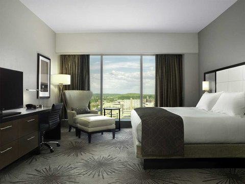 Doubletree by Hilton Cedar Rapids Convention Complex - Suite King Bedroom