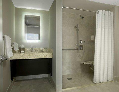 Doubletree by Hilton Cedar Rapids Convention Complex - Accessible Bathroom