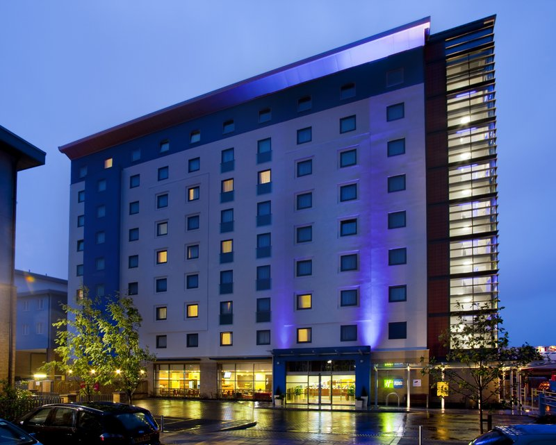 Holiday Inn Express Slough Set udefra