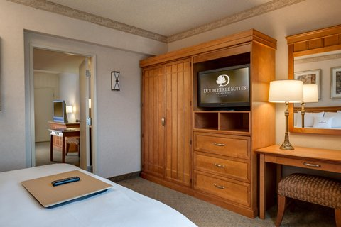 DoubleTree Suites by Hilton Phoenix - Business Class King Bedroom