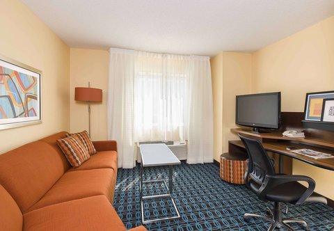 Fairfield Inn & Suites Holland - Executive King Suite Living Area