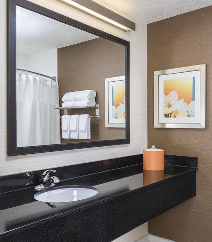 Fairfield Inn & Suites Holland - Suite Bathroom