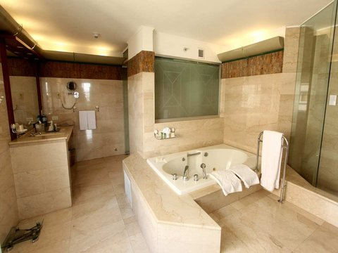 Hilton Colon Quito - King Presidential Suite Bathroom