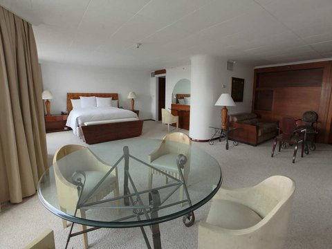 Hilton Colon Quito - King Presidential Suite Dining Area