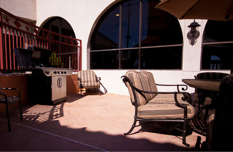Holiday Inn EL PASO-SUNLAND PK DR & I-10 W - Guest Patio Area with Barbecue Grill