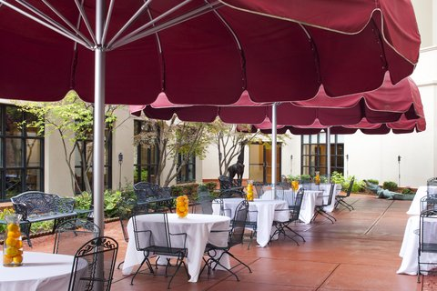 DoubleTree by Hilton Bloomington - Courtyard